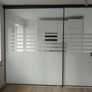 zabudowa szklana z drzwiami przesuwnymi + folia matowa