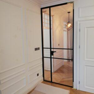szklane drzwi wewnętrzne w stylu loftowym z dekaracyjnymi elementami w kolorze czarnym