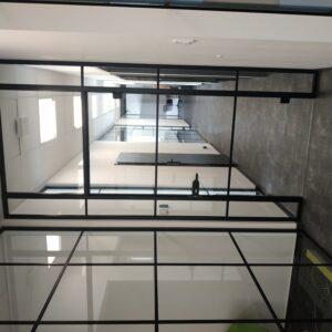 szklane drzwi wewnętrzne w stylu loftowym