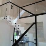 balustrada ze szkła, czarne obramowanie