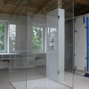 łazienka ze szklaną kabiną prysznicową