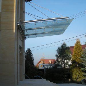 szklany daszek nad wejściem do budynku
