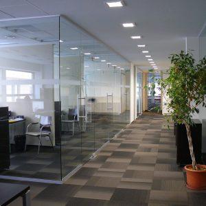 Ścianki bezramowe w biurze