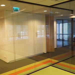Szklana ścianka dźwiękoszczelna (akustyczna) w biurze